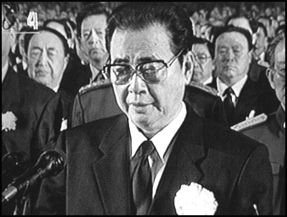 在北京人民大會堂,李鵬出席鄧小平的葬禮。(AFP/Getty Images)
