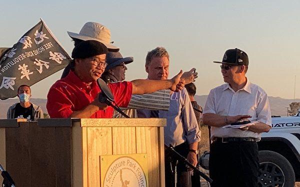 加州自由雕塑公園負責人、雕塑家陳維明於紀念六四活動發言,他與義工協做大型雕塑「中共病毒」,將中共釘在歷史恥辱柱。(新唐人電視台提供)
