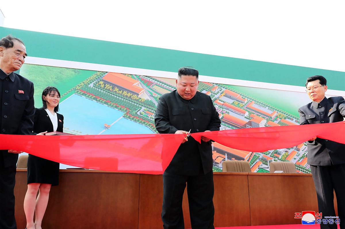 金正恩在2020年5月1日勞動節出席順天磷肥工廠竣工典禮。(STR/KCNA VIA KNS/AFP)