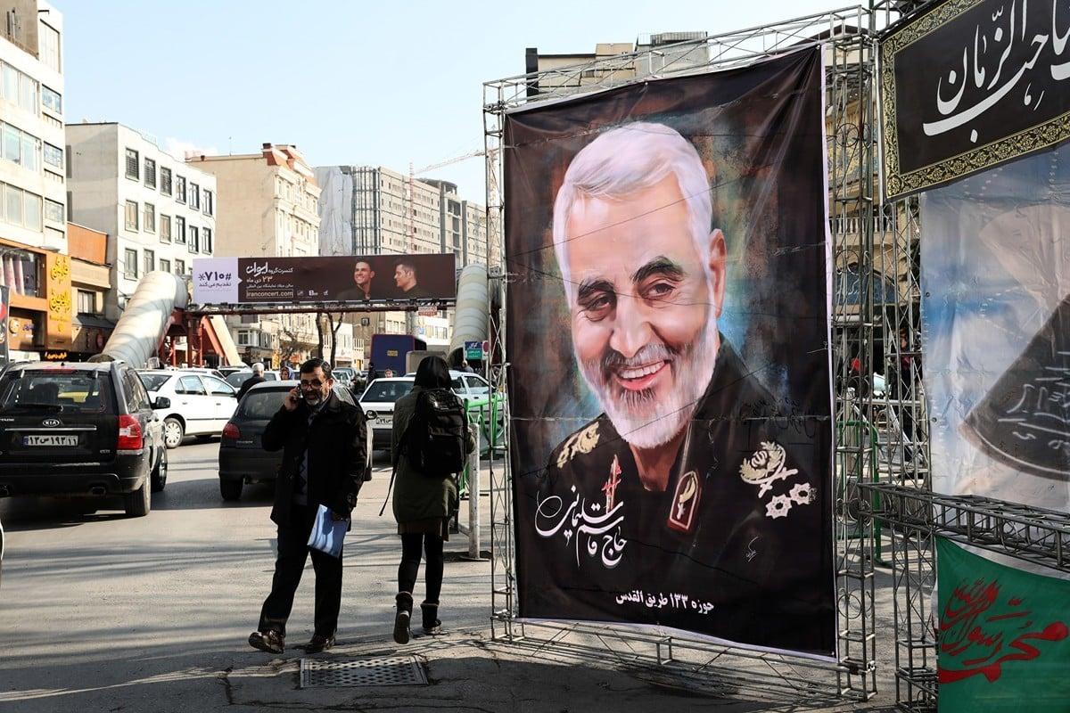 美國NBC電視台引述多名官員的消息說,總統特朗普在7個月前便授權美軍狙殺軍頭蘇萊曼尼。圖為2020年1月11日,伊朗首都德黑蘭街上的蘇萊曼尼畫像。(ATTA KENARE/AFP via Getty Images)