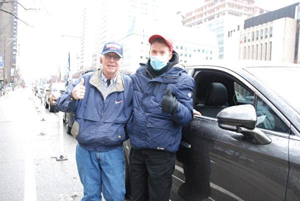 2021年1月3日, IBM退休工程師約翰·齊拉科(John ziraco)和兒子一起參加了,加拿大人挺特朗普汽車遊行。(伊鈴/大紀元)