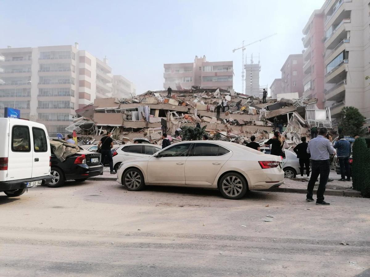 周五(10月30日),強震襲擊愛琴海,希臘和土耳其有強烈震感,土耳其沿海省份伊茲密爾的一些建築物倒塌。土耳其當局表示人們被困在廢墟中。 (Photo by Handout / Demiroren News Agency (DHA) / AFP)