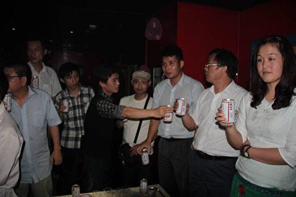 從左到右:吳魁明律師、賈榀、劉冰、楊霆劍、楊崇、葛永喜律師、陳科雲律師、霍然。(受訪者提供)