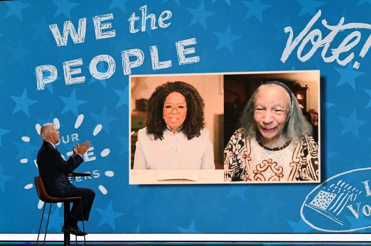 民主黨總統候選人、前美國副總統拜登(Joe Biden)10月28日參加奧普拉‧溫弗瑞(Oprah Winfrey)的在線活動,與會嘉賓還有99歲的老者米爾德里德‧麥迪遜(Mildred Madison),她從芝加哥前往底特律數百英里,準備提前投票。(JIM WATSON/AFP via Getty Images)