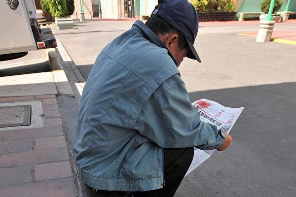 洛杉磯中國城讀報的華人。 (GABRIEL BOUYS/AFP/Getty Images)