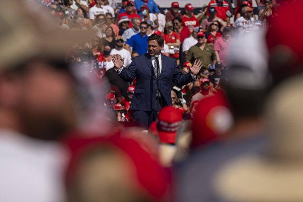 佛州州長德桑蒂斯在佛州的一次「讓美國再次偉大」集會上演講。(RICARDO ARDUENGO/AFP via Getty Images)