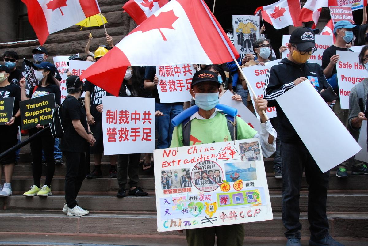 港府近日拒絕外國領事館為被拘留的雙重國籍人士提供援助,稱只要當事人沒有被批准放棄中國國籍,「就還是中國人」。圖攝於2020年8月,數十個不同族裔團體於多倫多集會,敦促加拿大政府制裁中共,應對香港的人道危機。(伊鈴/大紀元)