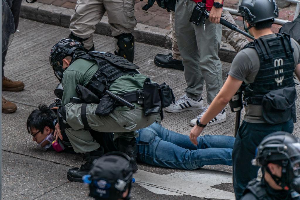 2020年5月24日,數萬香港市民上街遊行,抗議中共強推港版《國安法》。港警向人群施放催淚彈並逮捕了大約180人。(Photo by Anthony Kwan/Getty Images)
