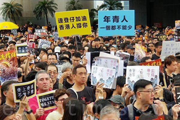 7月7日,香港民間發起在九龍區向大陸人講真相的集會遊行,人數達到23萬人。有大陸人特意趕來參加遊行聲援,他們為香港人點讚,並希望守住中國最後這塊自由的土地。(宋碧龍/大紀元)