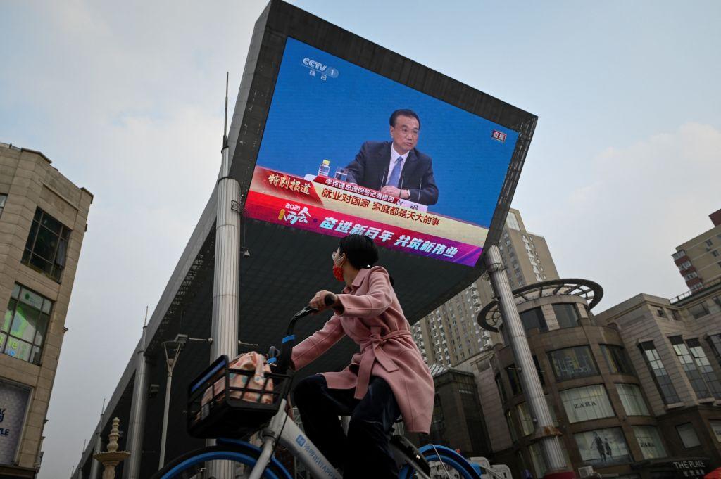 2021年3月11日,北京街頭的一個大屏幕正在播放李克強在中共人大記者會上回答問題的畫面。(STR/AFP via Getty Images)
