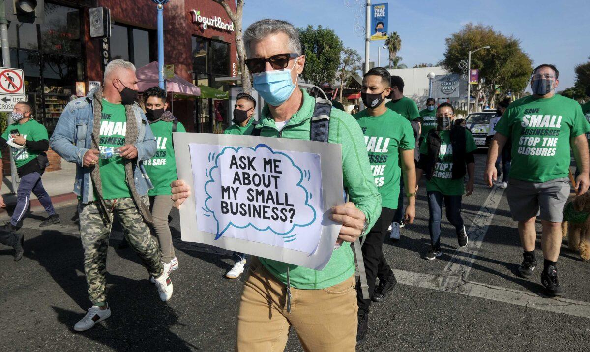 2020年12月12日,小企業主組織成員參加洛杉磯 「拯救小企業」抗議活動。(Ringo Chiu/AFP via Getty Images)
