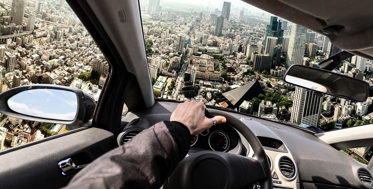 斯洛伐克飛行車製造公司「克萊恩願景」所推出的「空中飛車」在6月28日完成歷時35分鐘的試飛。此為駕駛飛行車的示意圖。(Shutterstock)