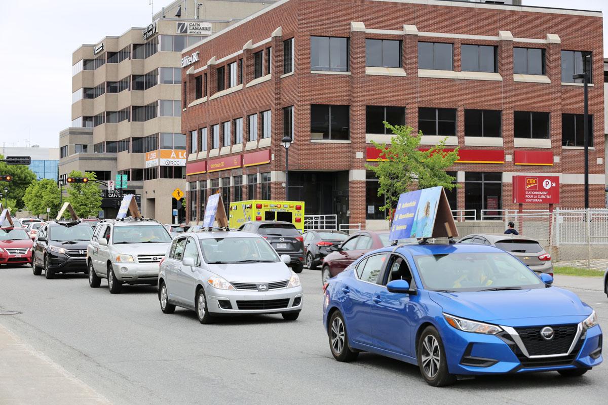 2021年5月30日星期日,加拿大魁北克部份法輪功學員在舍布魯克市(Sherbrooke)舉行遊行活動,慶祝世界法輪大法日暨法輪大法(法輪功)洪傳世界29周年。圖為真相車隊。(大紀元)