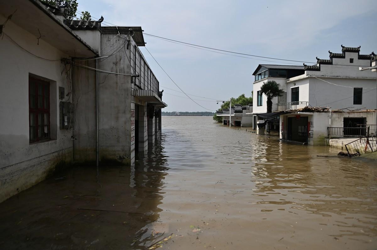 圖為2020年7月17日,中國中部江西省九江市江州鎮的洪災區全景。(HECTOR RETAMAL/AFP via Getty Images)