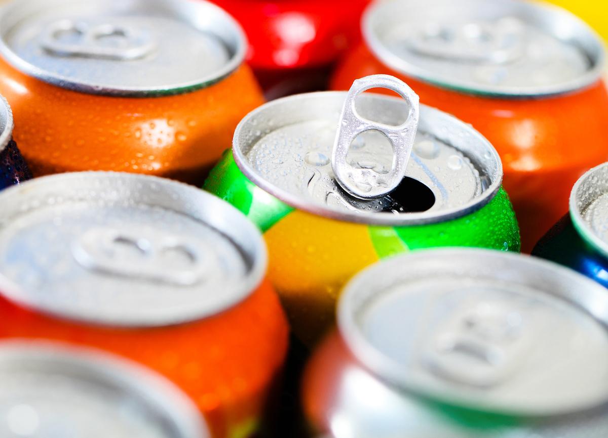 鋁制飲料罐是市場上很常見的包裝材料。新的研究認為,隨著年齡的增長,腎臟把金屬鋁從血液中過濾出去的能力越來越弱,最後累積在大腦的金屬鋁觸發了阿茲海默症。(ShutterStock)