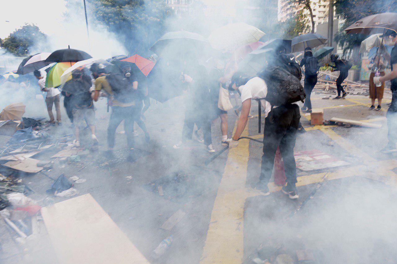 11月18日早上,大批民眾趕來理大救助學生,被警察狂放各種彈藥驅散。(余天祐/大紀元)