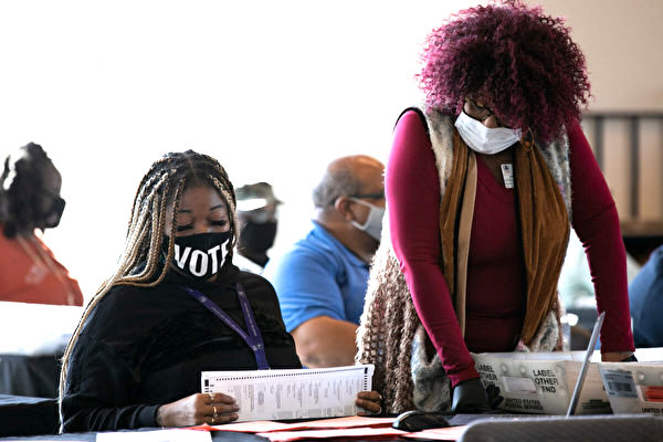 2020年11月6日,富爾頓縣的工人繼續在亞特蘭大的State Farm球館(State Farm Arena)進行選票的統計。(Jessica McGowan/Getty Images)