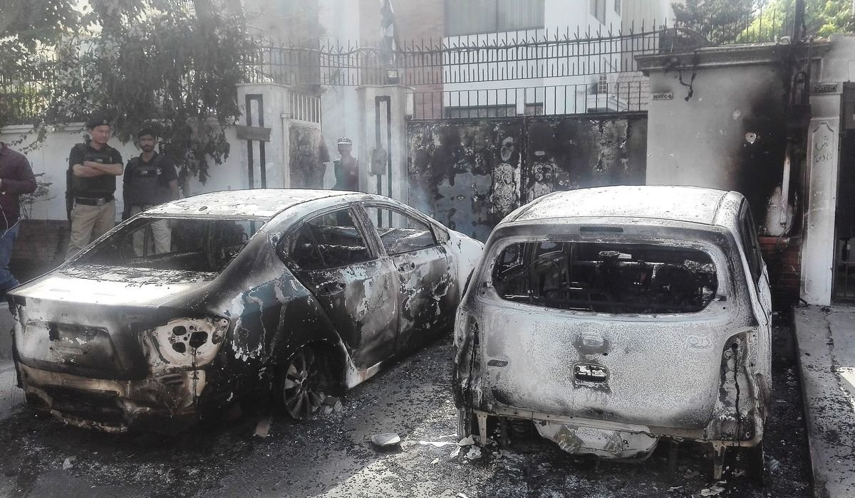 《日經新聞》稱,巴國國內的反中共情緒不斷高漲。圖為襲擊後場景。(ASIF HASSAN/AFP/Getty Images)