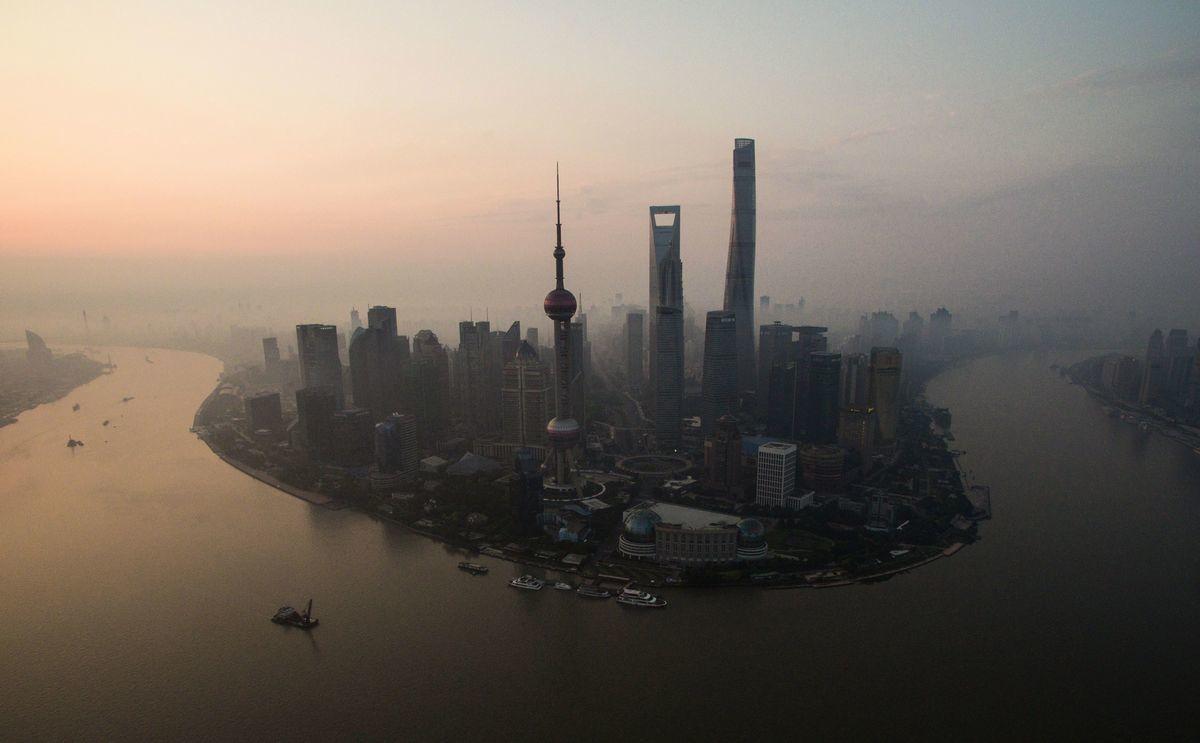 中共當局試圖造假數據,營造經濟穩定假相,將招致金融風暴來臨。(JOHANNES EISELE/AFP/Getty Images)