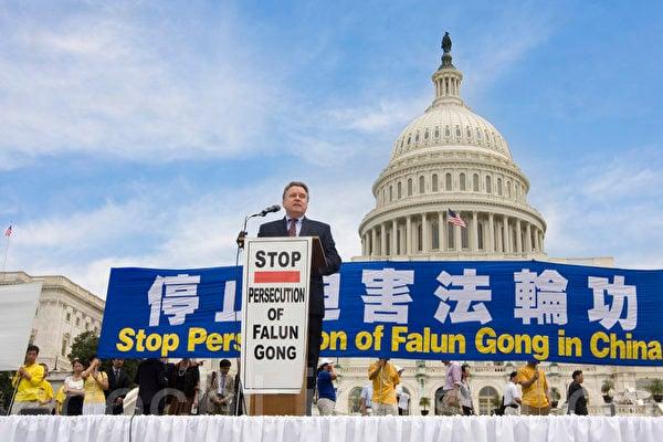 2012年7月12日,美國首都華盛頓美國國會前,法輪功學員舉行集會,呼籲解體中共、停止迫害法輪功。圖為美國國會議員史密斯(Chris Smith)在集會上發言。(馬有志/大紀元)
