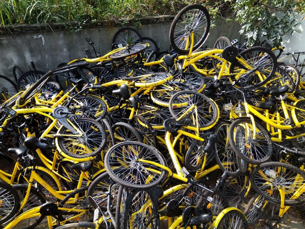 隨著大陸共享單車的衰落,單車供應商也在掙扎求生。圖為2017年5月1日,深圳數百輛OFO共享單車堆積一起。(大紀元資料室)