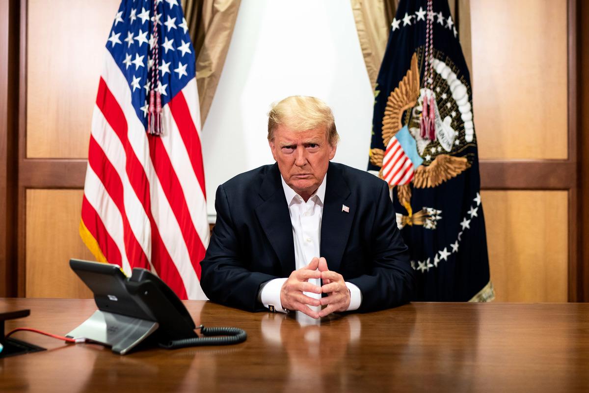 唐納德·J·特朗普總統表示,即將解密的新文件會證實,前總統奧巴馬與2016年總統候選人希拉莉對其進行構陷。圖為2020年10月4日,特朗普在馬里蘭州貝塞斯達的沃爾特·裏德國家軍事醫學中心的會議室裏。(Tia Dufour/White House)