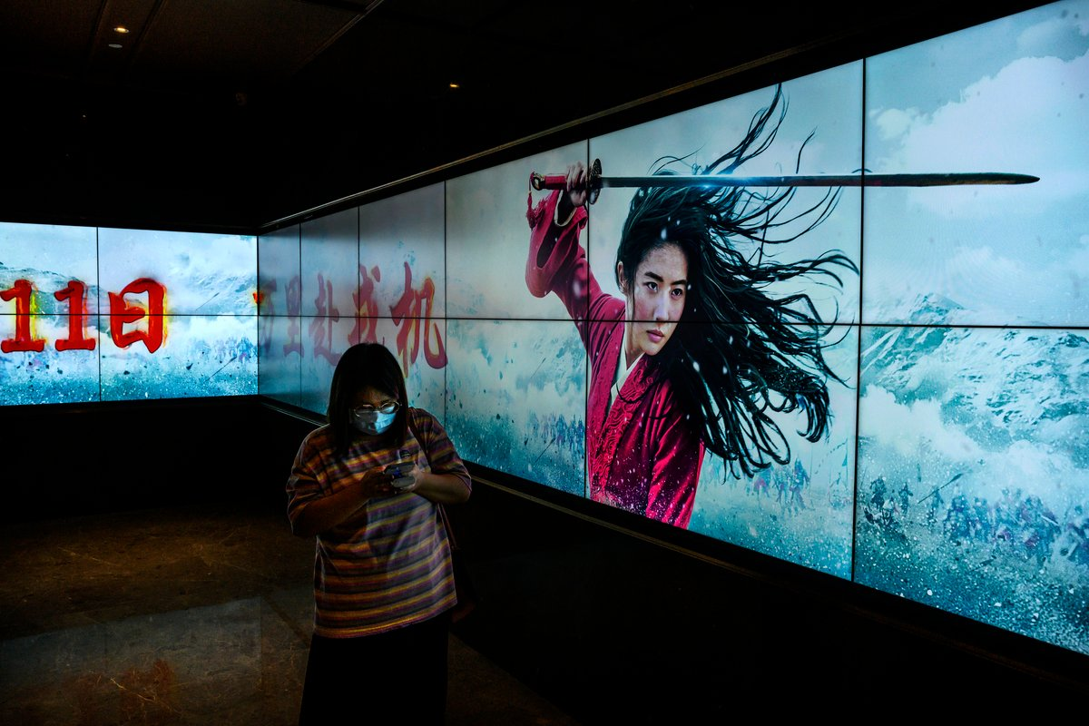 出生在中國的華裔學者海倫・羅利(Helen Raleigh)在媒體撰文指出,迪士尼屈服於中共,將《花木蘭》的核心信息轉變為對黨國的堅定忠誠。她呼籲人們,應該抵制這部電影。(Kevin Frayer/Getty Images)