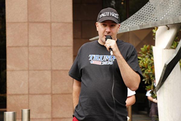 墨爾本市民Mathew Schafer在「為特朗普而戰」的集會上發言。(李奕/大紀元)