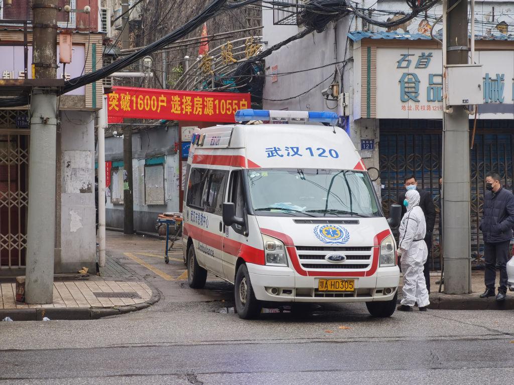 武漢疫情持續擴散,但社會配套設施跟不上,尤其醫院物資嚴重匱乏,致十多間醫院或醫護人員直接向社交媒體求救。圖為2020年1月22日武漢市區一輛救護車應召而至。(Xiaolu Chu/Getty Images)