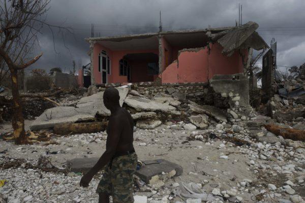 颶風馬修重創海地,死亡人數已攀升至1000人。(AFP PHOTO/RODRIGO ARANGUA)