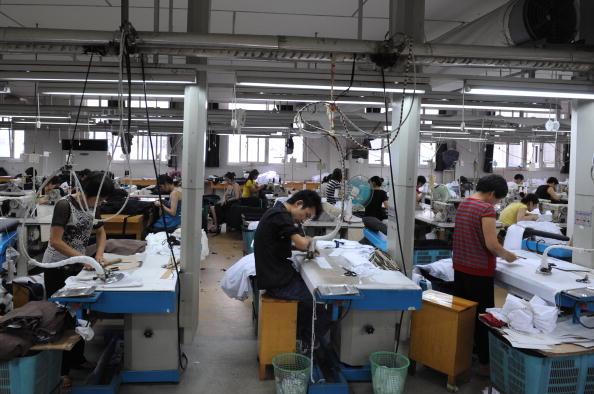 圖為杭州製衣廠,工廠的新接訂單大量減少。(GettyImages)