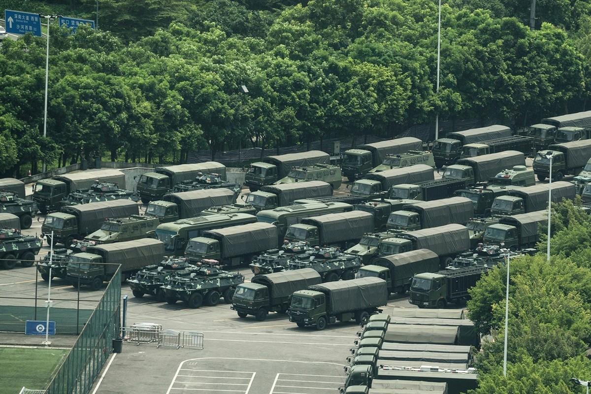 中共對港人的反送中運動「如臨大敵」。8月15日,深圳灣體育中心外,有大量軍車集結。(STR/AFP/Getty Images)