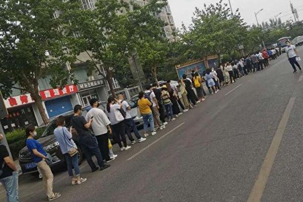 北京的疫情防控措施徹底打亂了許多人的通勤路。(微博圖片)