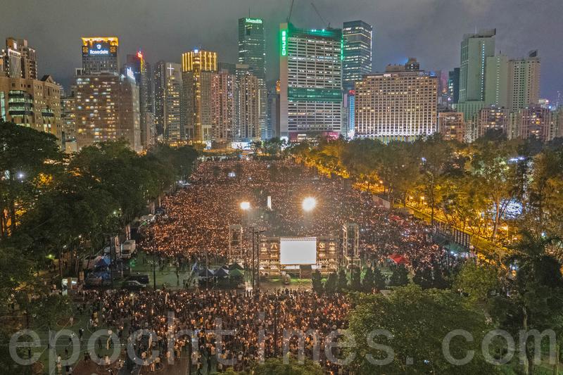 從1990年起,香港支聯會每年都會在維園舉辦紀念六四的燭光晚會。圖為2017年6月4日,香港支聯會在維園舉行紀念「六四」28周年燭光悼念晚會。(李逸/大紀元)
