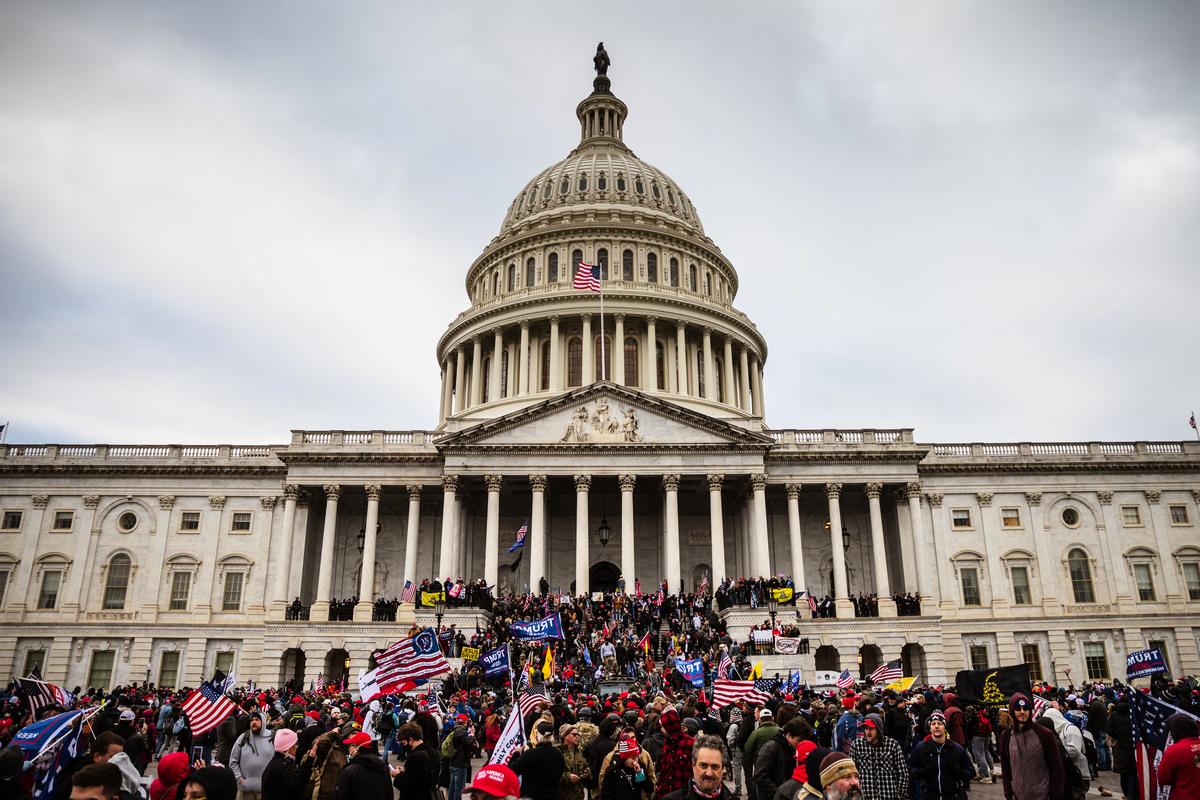 圖為2021年1月6日美國國會山前。(Jon Cherry/Getty Images)