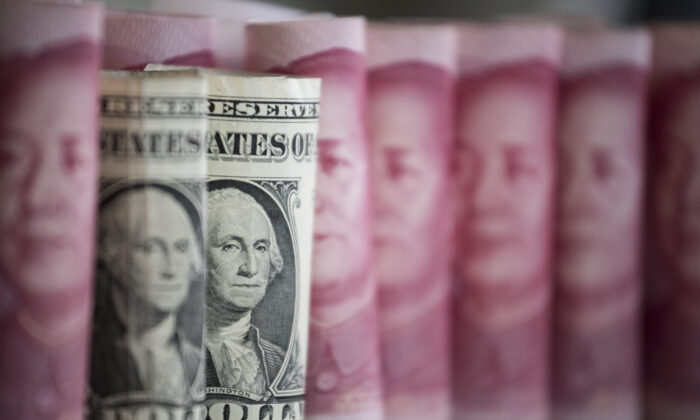 2017年1月6日,中國百元紙鈔對比美國一元紙幣。(Fred Dufour/AFP via Getty Images)