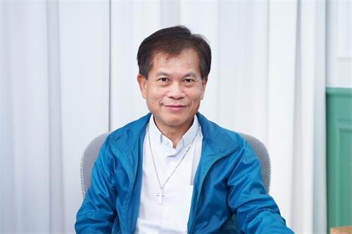 香港聖公會牧師、前立法局議員馮智活表示非常敬佩法輪功學員的勇氣和毅力。(明慧網)