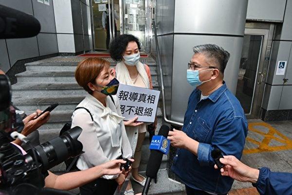 2021年4月27日下午4時30分,香港《大紀元時報》記者梁珍(左)與發言人吳雪兒(中)到旺角警署就近日梁珍兩次被滋擾事件報案。警察公共關係科黃Sir(右)到門外向梁珍初步了解事件。(宋碧龍/大紀元)