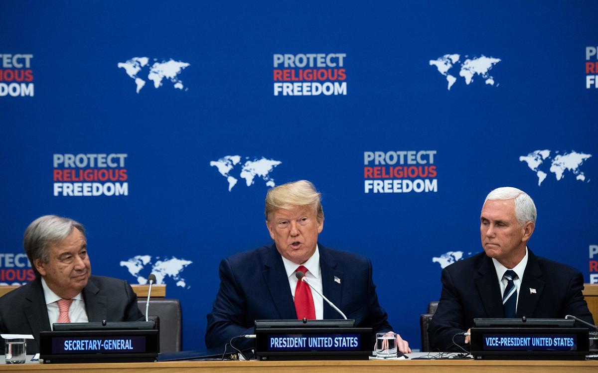 周一(9月23日)上午11點半,美國總統特朗普在紐約聯合國總部發表宗教自由主題演講。圖(從左到右)為聯合國秘書長古特雷斯、特朗普和美國副總統彭斯。(SAUL LOEB / AFP)