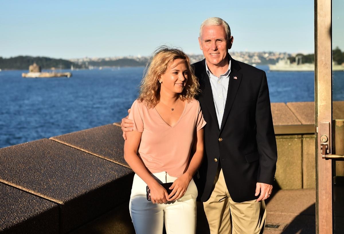 2017年4月23日,美國副總統邁克.彭斯(右)和女兒夏洛特.彭斯.邦德(Charlotte Pence-Bond)在悉尼歌劇院。(Peter Parks-Pool/Getty Images)