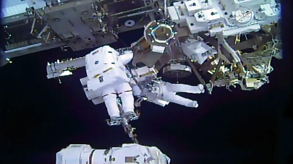 美歐太空人太空行走 為太空站安裝太陽能板