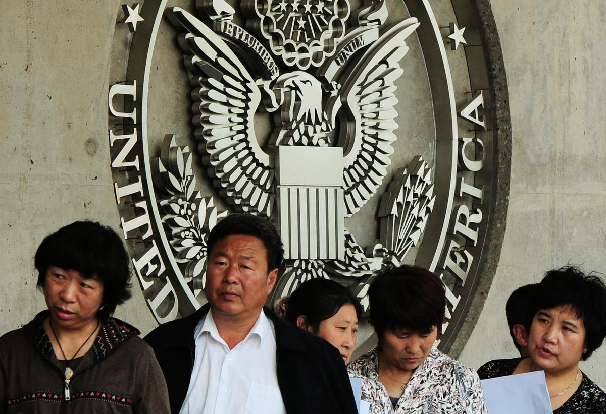 圖為前往北京美國大使館的中國民眾。 (MARK RALSTON/AFP/GettyImages)