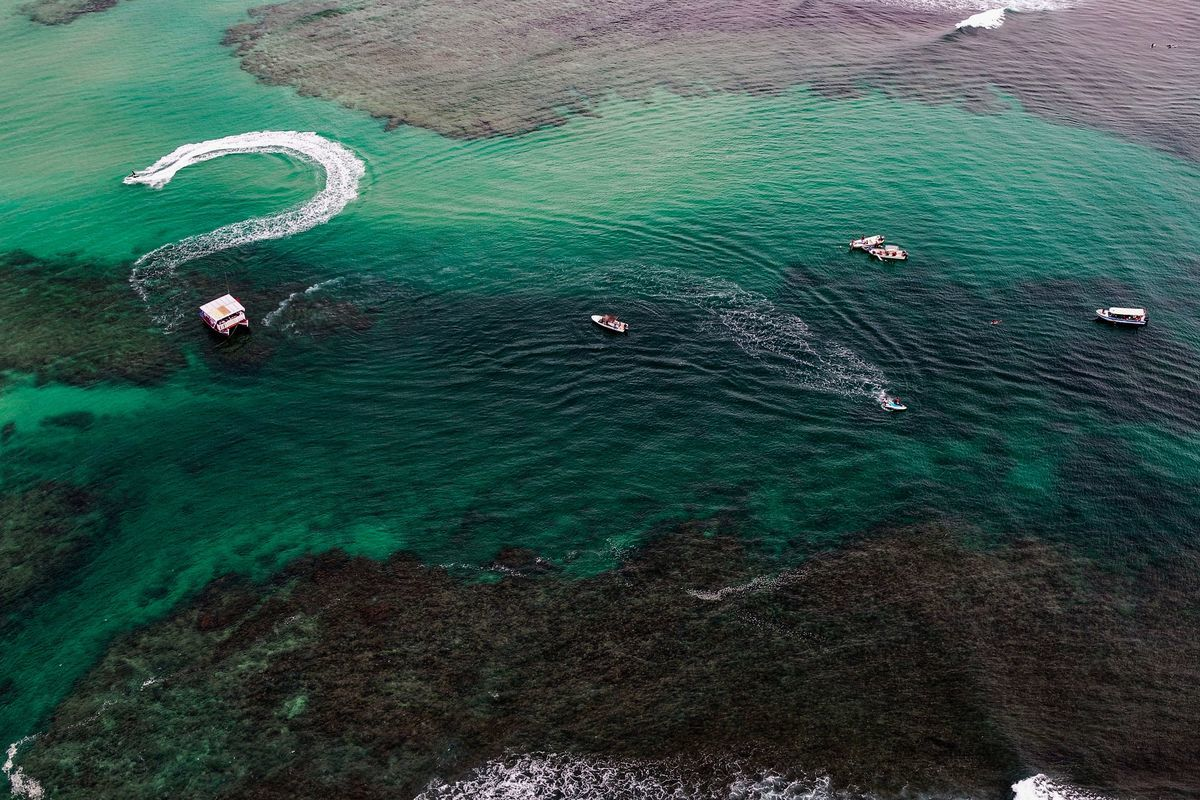 高空拍攝的印尼水域。(CHAIDEER MAHYUDDIN/AFP via Getty Images)