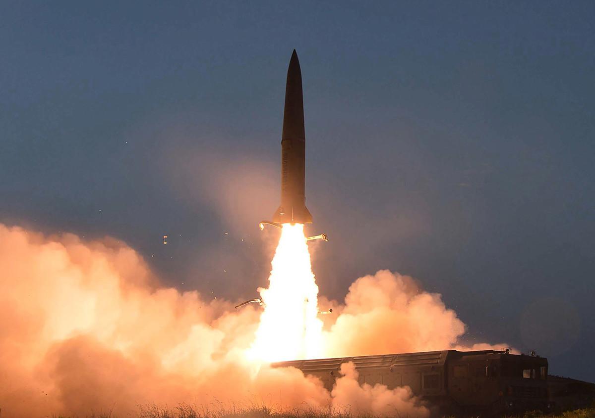美國官員2021年3月23日表示,北韓在周末(21日)發射了兩枚短程導彈,這是北韓對拜登的首次公開挑釁。圖為北韓於2019年7月25日發射的兩枚短程導彈。(KCNA VIA KNS/AFP)