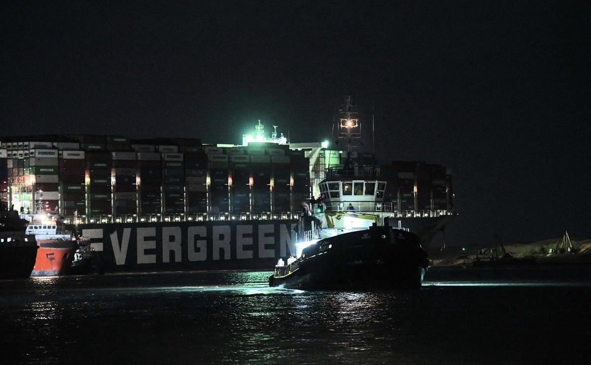 圖為2021年3月27日深夜,長賜貨輪的救援行動畫面。(AHMED HASAN/AFP via Getty Images)