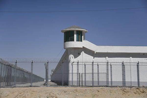 圖為2019年5月31日拍攝的新疆和田市郊一個中共「再教育營」。(AFP/Getty Images)