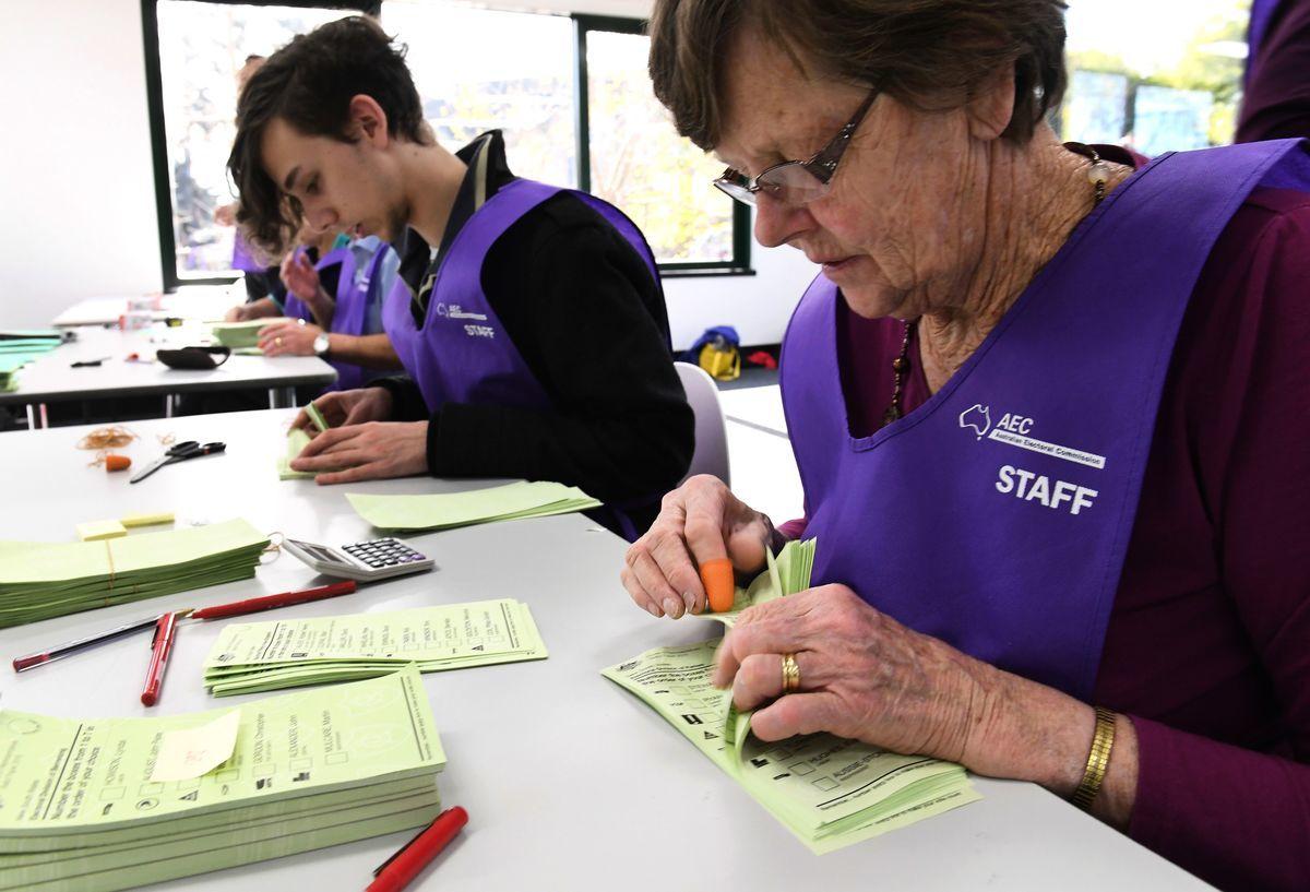 圖為2016年7月5日,澳洲選舉委員會臨時工作人員在悉尼點票。( WILLIAM WEST/AFP via Getty Images)
