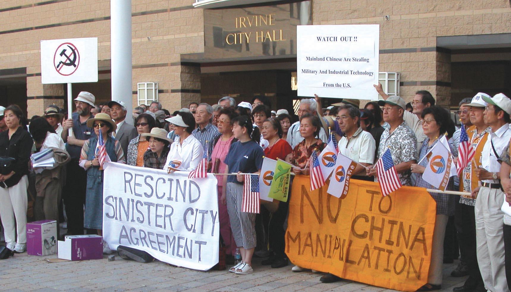 2006年6月27日下午,近400位旅居南加州的台灣移民,為抗議橙縣爾灣市與大陸上海徐匯區簽署姐妹市合約中,遵照中共一方主張,簽署一份承諾「一個中國」原則,及其它條件的附加備忘錄,在市政府廣場舉行抗議活動。(袁玫/大紀元)