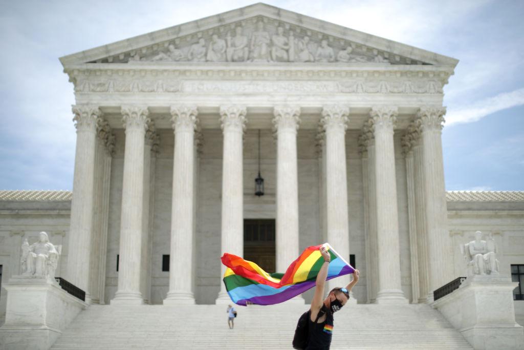 6月15日,一名美國男子揮舞代表LGBTQ的旗幟,在美國最高法院前來回走動。(Chip Somodevilla/Getty Images)