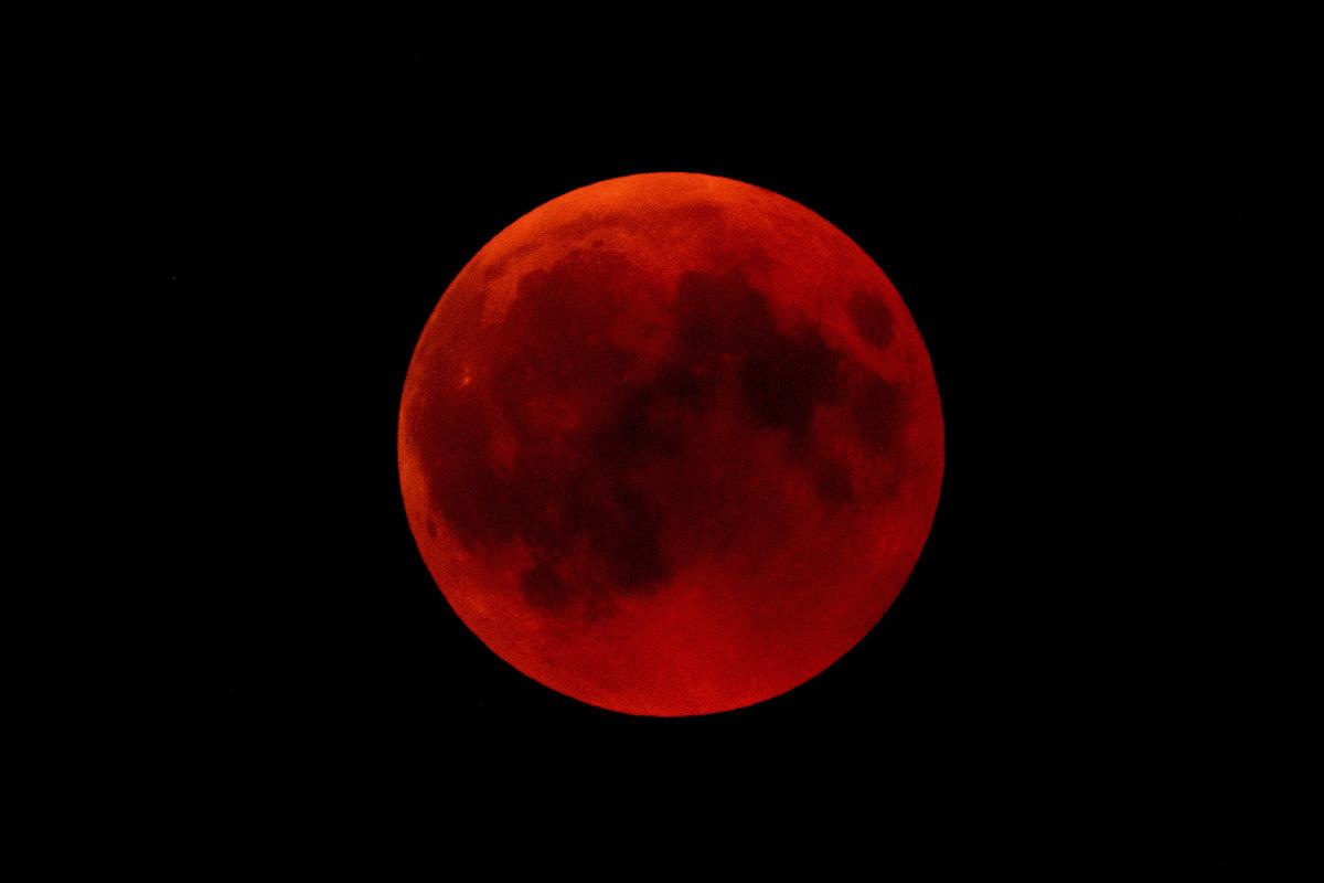 本周日(1月20日),美洲、部份歐洲和非洲地區的民族如果仰望夜空,可能會看到罕見的「超級血狼月亮」(super blood wolf moon)月全食。(Matthias Hangst/Getty Images)
